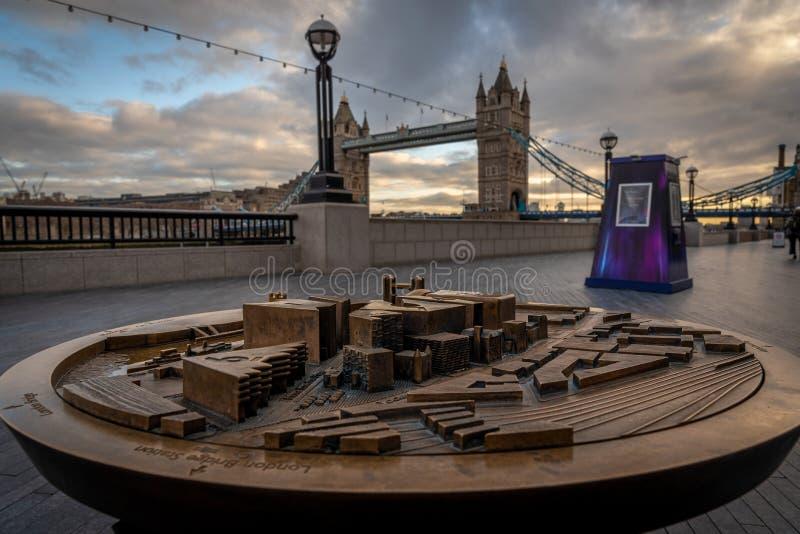 LONDON ENGLAND, DECEMBER 10th, 2018: Tornbro i London, Förenade kungariket Soluppgång med härliga moln och modellen av arkivfoton