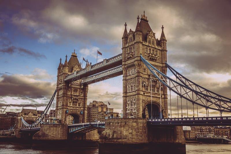 LONDON ENGLAND, DECEMBER 10th, 2018: Tornbro i London, UK Soluppg?ng med h?rliga moln Engelska symboler royaltyfria bilder