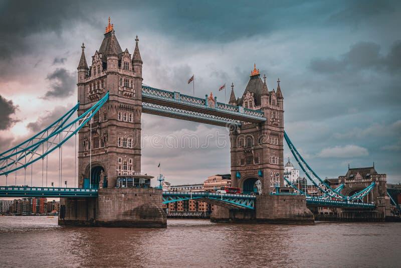 LONDON ENGLAND, DECEMBER 10th, 2018: Tornbro i London, UK Soluppg?ng med h?rliga moln Engelska symboler royaltyfri bild