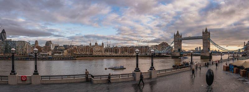 LONDON ENGLAND, DECEMBER 10th, 2018: Tornbro i London, UK Soluppg?ng med h?rliga moln Panoramautsikt med royaltyfria bilder