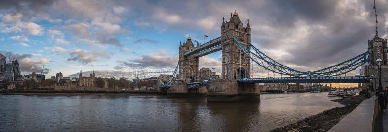 LONDON ENGLAND, DECEMBER 10th, 2018: Tornbro i London, UK Soluppg?ng med h?rliga moln Panoramautsikt med royaltyfri fotografi