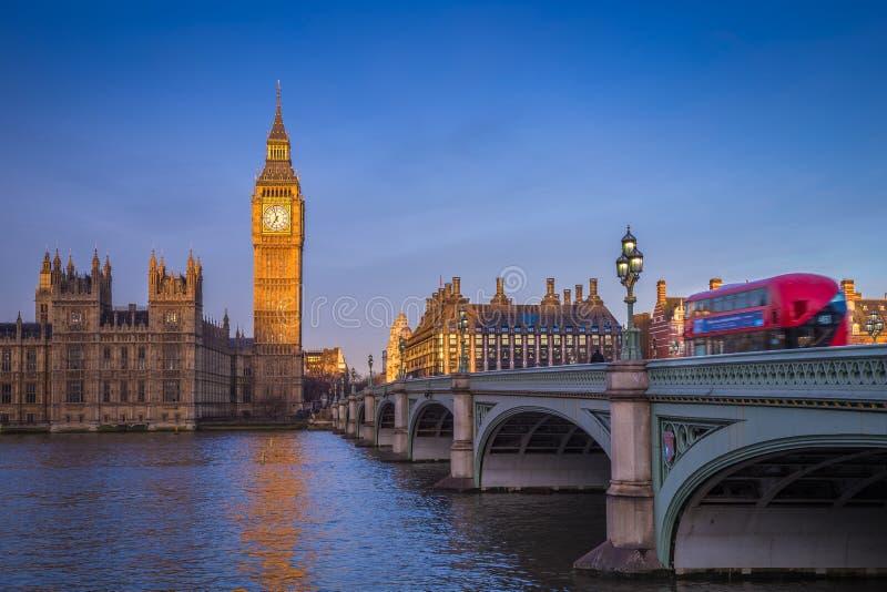 London England - den iconic Big Ben med hus av parlamentet och den traditionella röda bussen för dubbel däckare arkivbild