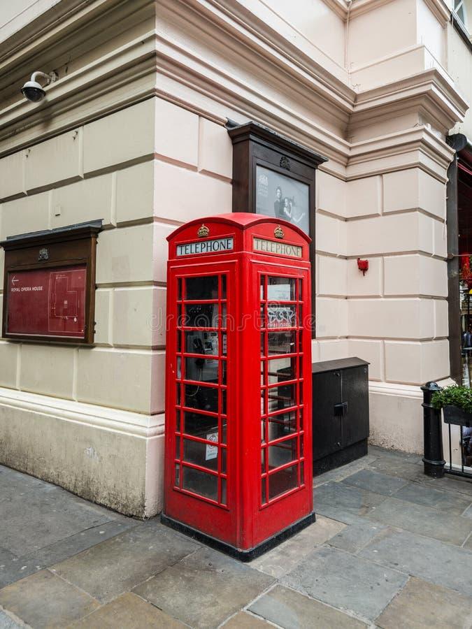 London England - den iconic brittiska gamla röda telefonasken royaltyfria foton