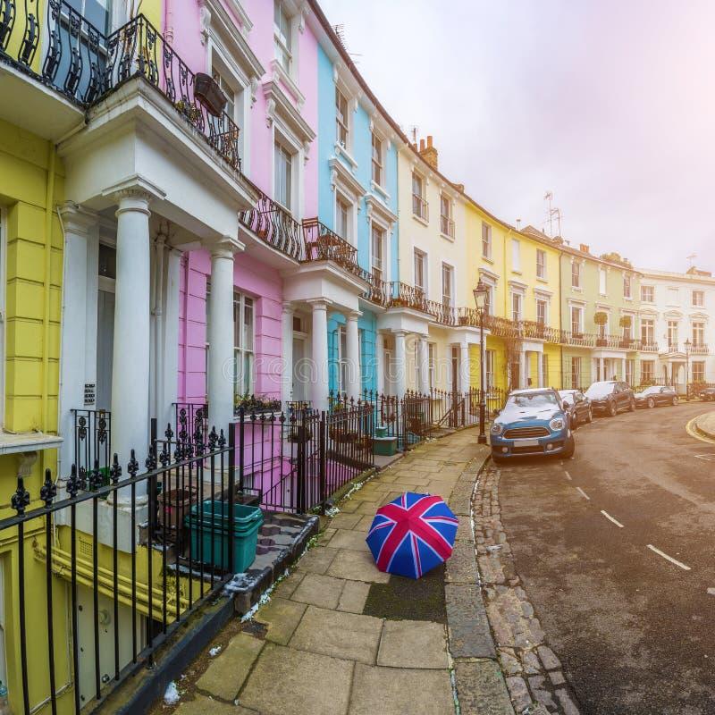 London England - färgrika viktorianska hus av primulakullewitLondon, England - färgrika viktorianska hus av primulakullen med royaltyfria foton
