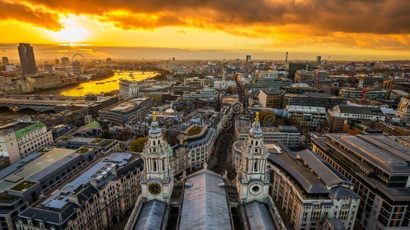 London England - flyg- panorama- horisontsikt av London som tas från överkant av domkyrkan för StPaul ` s på solnedgången arkivbild