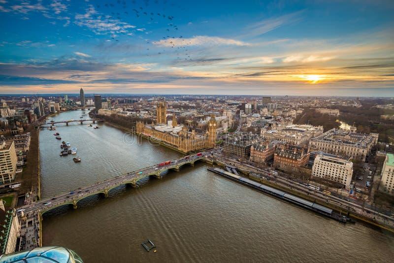 London England - flyg- sikt av centrala London, med Big Ben, hus av parlamentet, Westminster bro arkivbild