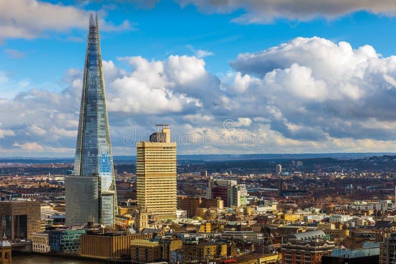 London England - flyg- sikt av skärvan, högst skyskrapa för London ` s på solnedgången arkivbild