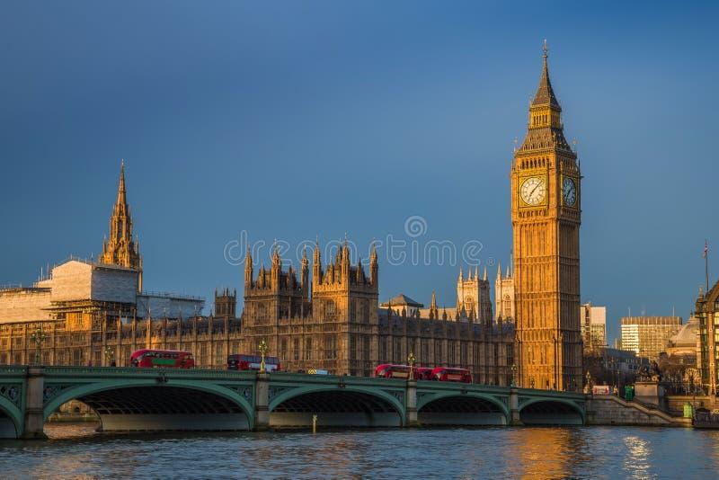 London England - guld- timme tidigt på morgonen på Big Ben, hus av parlamentet arkivbild