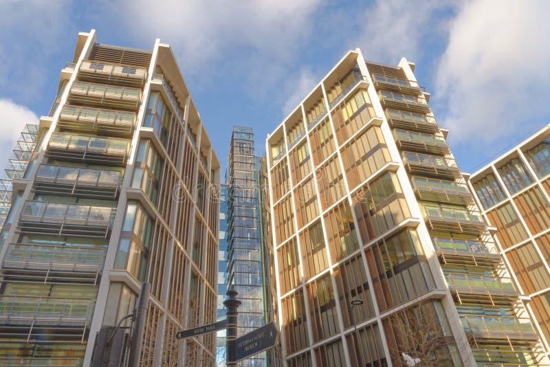 London England: Hyde Park lyxiga kontor, modern arkitektur arkivfoto