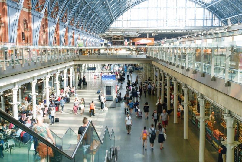 LONDON ENGLAND - JULI 05, 2015: St Pancras stationsinternational royaltyfri fotografi