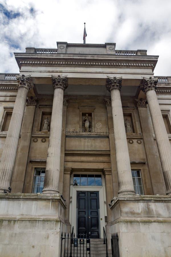 LONDON ENGLAND - JUNI 16 2016: National Gallery på Trafalgar Square, London, England royaltyfri foto