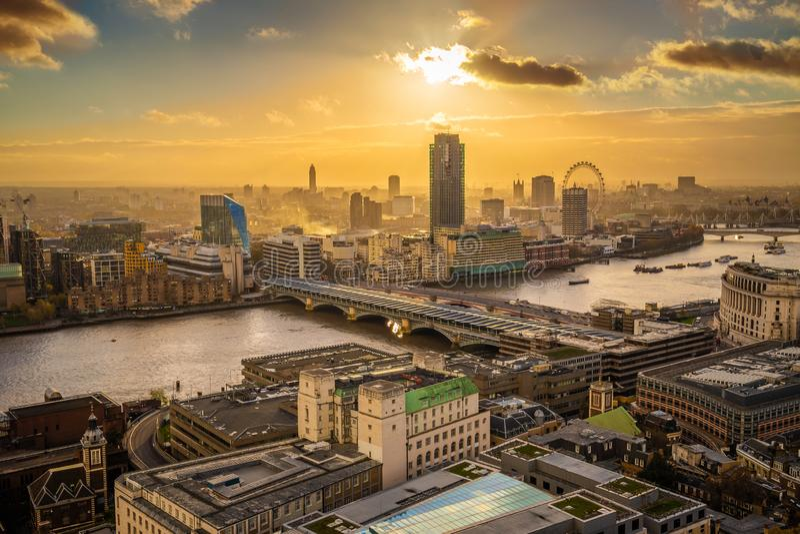 London England - panorama- flyg- horisontsikt av London på solnedgången med den Blackfriars bron fotografering för bildbyråer