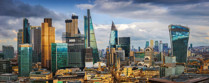 London, England - panorama- horisontsikt av banken och Canary Wharf, central London ` s som leder finansiella områden arkivfoto