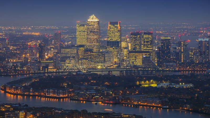 London, England - panoramische Skylineansicht von Ost-London mit den Wolkenkratzern von Canary Wharf lizenzfreie stockfotos