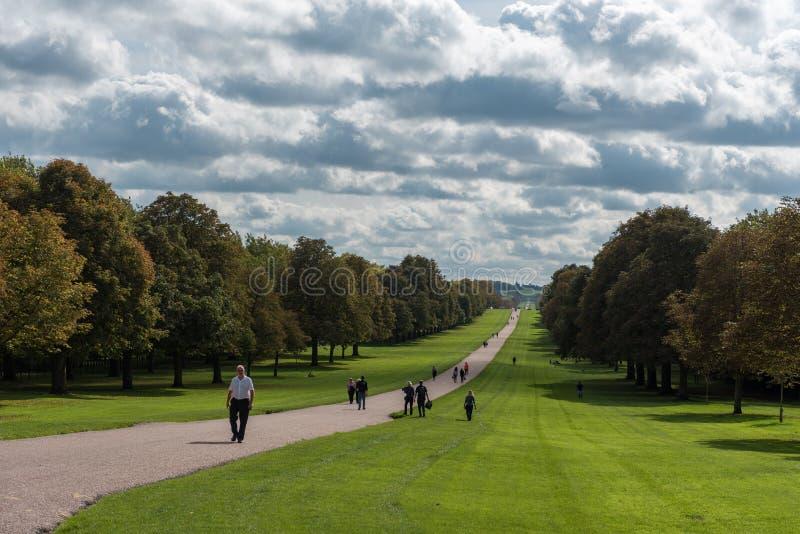 LONDON ENGLAND - SEPTEMBER 28, 2017: Landskap i Windsor Windsor Great Park Path i England gå long arkivbild