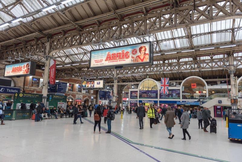 LONDON ENGLAND - SEPTEMBER 29, 2017: Victoria Station i London, England, Förenade kungariket fotografering för bildbyråer