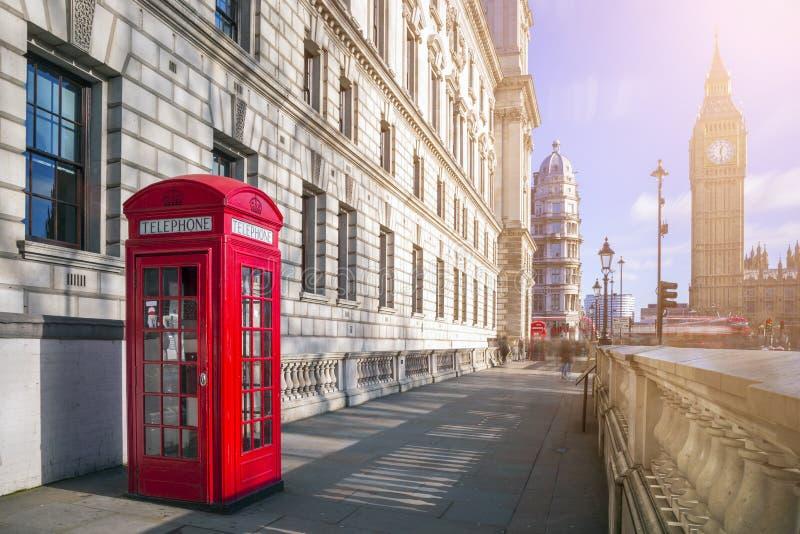 London England - traditionell röd brittisk telefonask med stort royaltyfria bilder