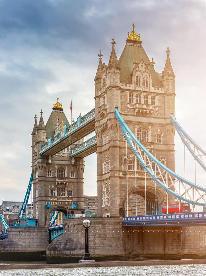 London, England - Turm-Brücke, die Ikone von London auf einem bewölkten Morgen mit traditionellem rotem doppelstöckigem Bus lizenzfreie stockbilder