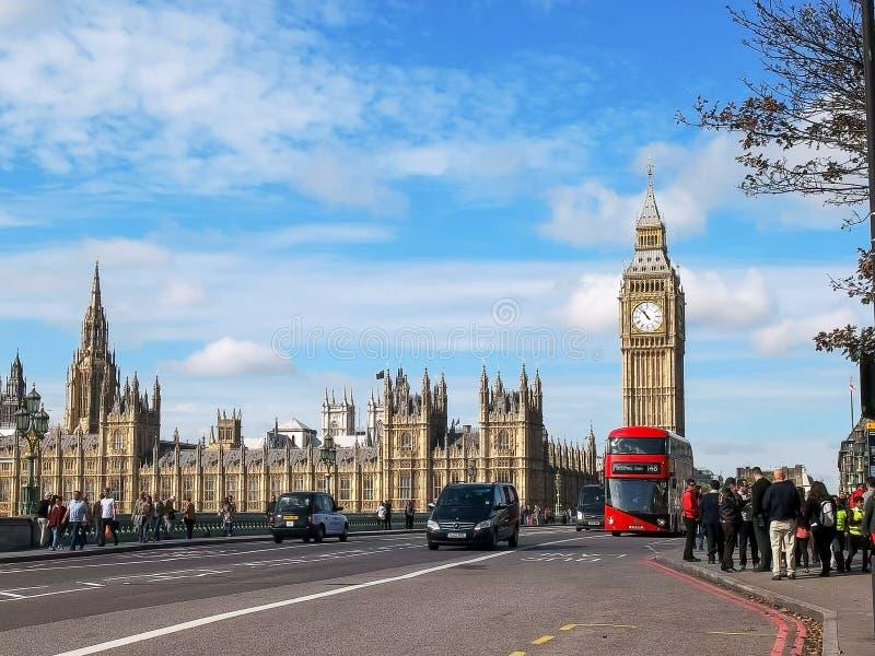 LONDON ENGLAND, UK - SEPTEMBER 17, 2015: en buss för dubbel däckare med stora ben i london, UK arkivfoton