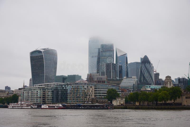 LONDON ENGLAND-/UNITESKUNGARIKE -- Skyskrapor av staden av London från en annan bank av flodThemsen royaltyfri foto