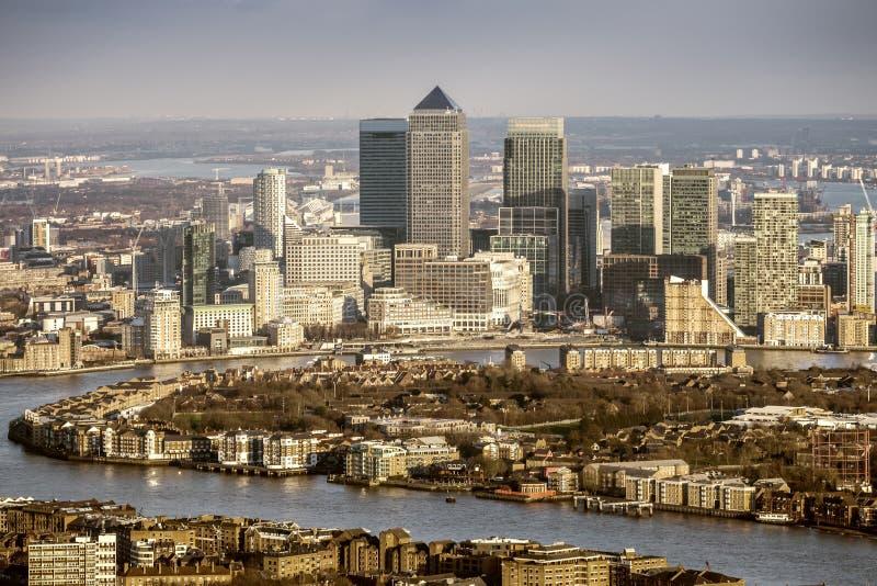 London, England - Vogelperspektive von der Themse und die Wolkenkratzer von Canary Wharf lizenzfreie stockbilder