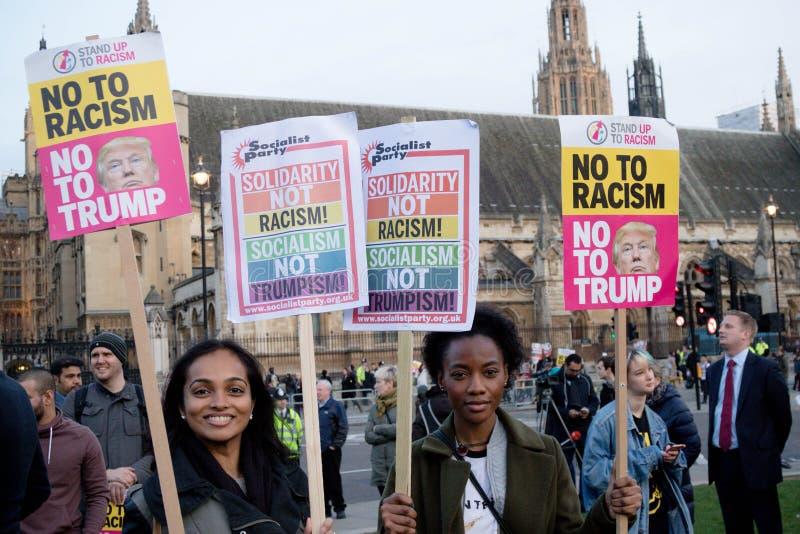 London eniga Kingdon - Februari 20th, 2017: Personer som protesterar samlar i parlamentfyrkant för att protestera inbjudan till F arkivfoto