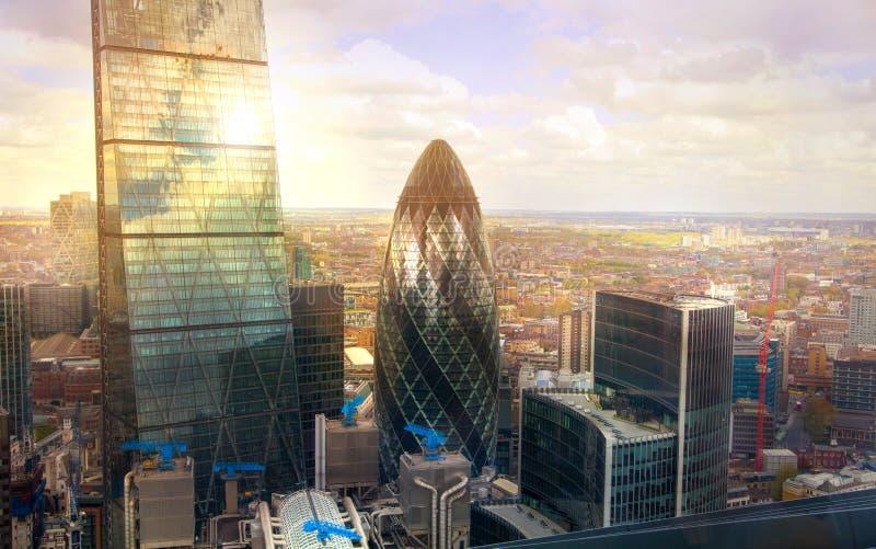 London-Essiggurke, die moderne Bürohäuser Stadt von London, Geschäft errichtet und Arie ein Bankkonto hat lizenzfreies stockfoto