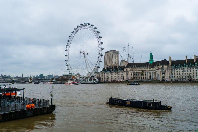 01-29-2017 London - London Eye auf Tamigi-Fluss lizenzfreie stockfotografie