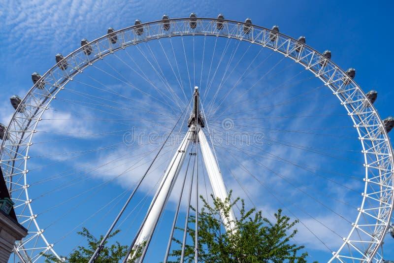 London Eye e c?u azul, Reino Unido, o 21 de maio de 2018 imagens de stock