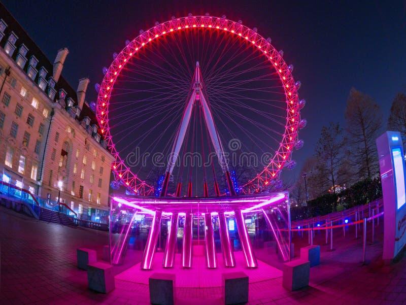 London Eye gegen den Himmel voll von Sternen lizenzfreie stockfotografie