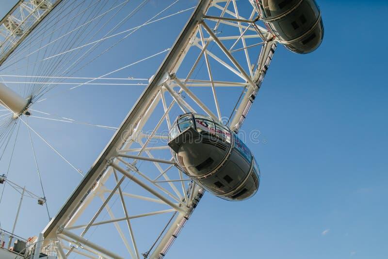 London Eye-Kabinen, mit Hintergrund des blauen Himmels, an einem sonnigen Tag in London, Vereinigtes Königreich stockbild