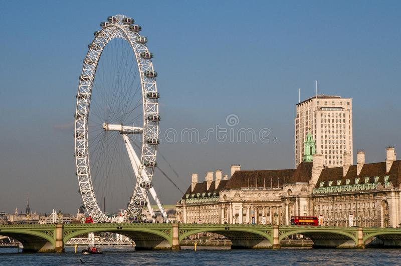 London Eye och Westminster bro, London, UK arkivfoton