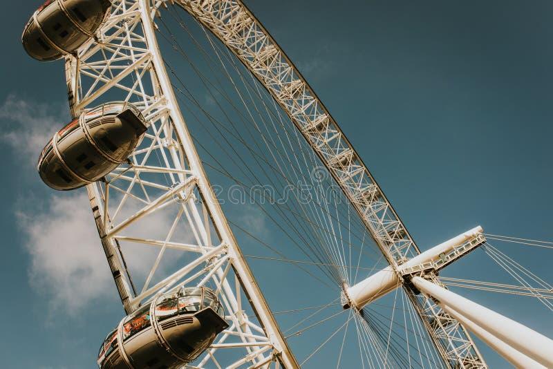 London Eye vio de la tierra Embarcadero del milenio fotografía de archivo libre de regalías