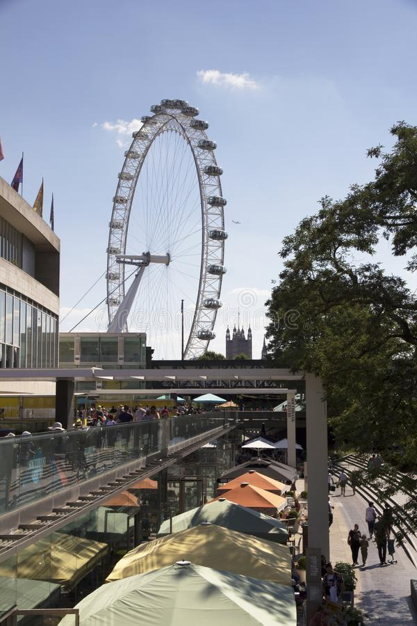 London Eye visto de Southbank, Londres, Inglaterra, o 15 de julho de 2018 fotografia de stock