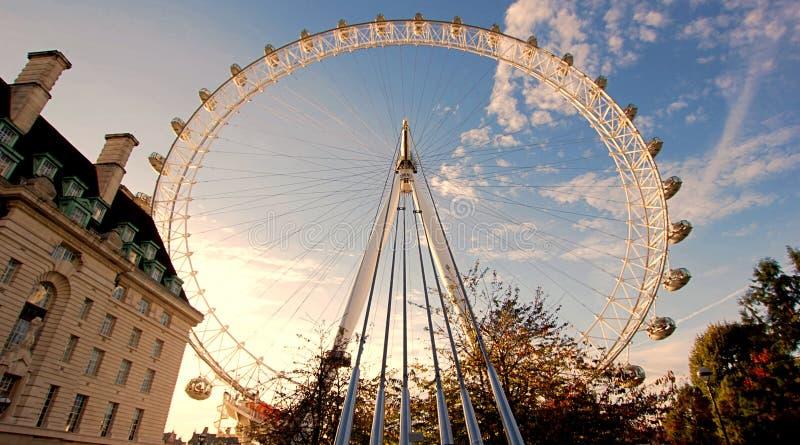 London Eye w Londyn Westminister przeglądać od południowego banka Rzeczny Thames, podczas słońc obrazy royalty free