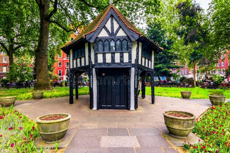 London Förenade kungariket av Storbritannien: Brittisk arkitektur i en parkera arkivfoto