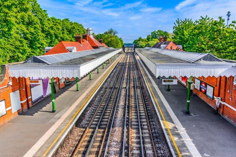 London Förenade kungariket av Storbritannien: Färgrik London drevstation fotografering för bildbyråer
