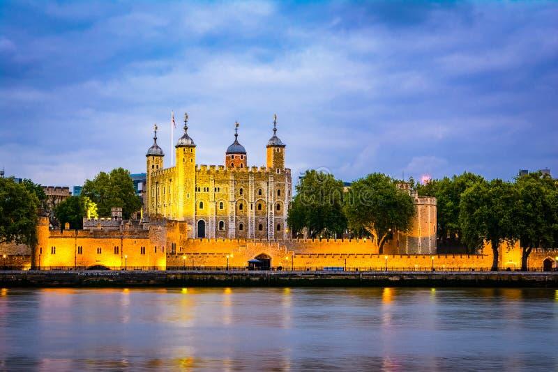 London Förenade kungariket av Storbritannien: Nattsikt av tornet av London, UK royaltyfria foton