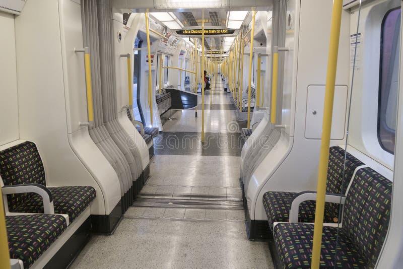 London Förenade kungariket, ett nästan empy tunnelbanadrev av områdeslinjen till upminster fotografering för bildbyråer