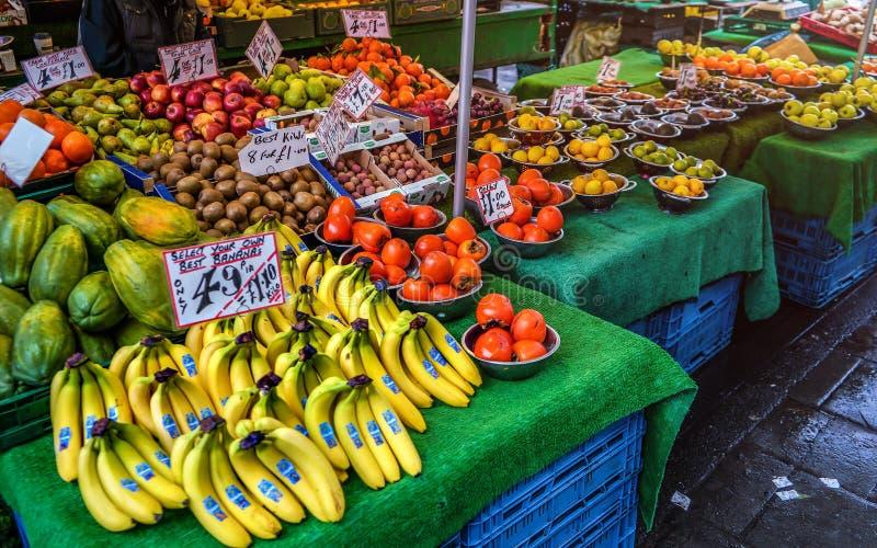 London Förenade kungariket - Februari 04, 2019: Den typiska matmarknaden på Lewisham, frukt säljs vanligt i bunkar, med samma pri arkivbilder