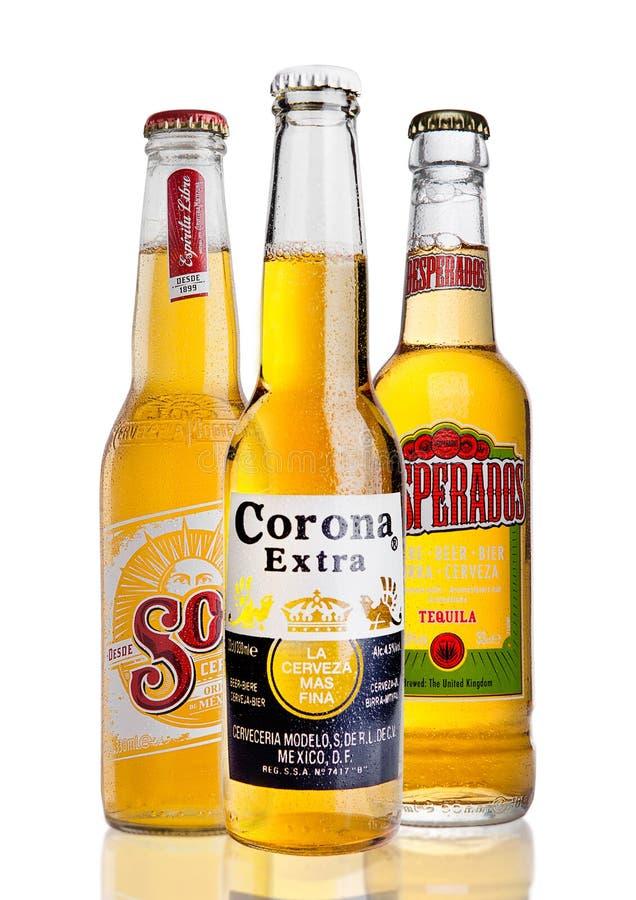 LONDON FÖRENADE KUNGARIKET - FEBRUARI 26, 2017: Flaskor av Corona Extra och solenoid- och desperadoöl på vit arkivfoto