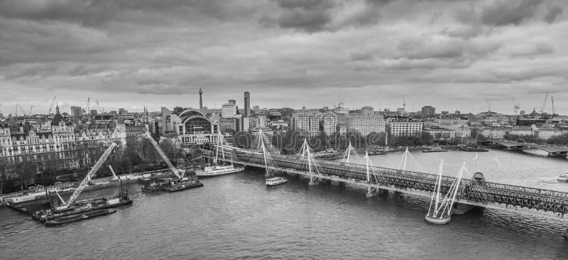 London Förenade kungariket, Februari 17, 2018: Flyg- cityscape över flodThemsen nära den Haugerford bron med Charing fotografering för bildbyråer