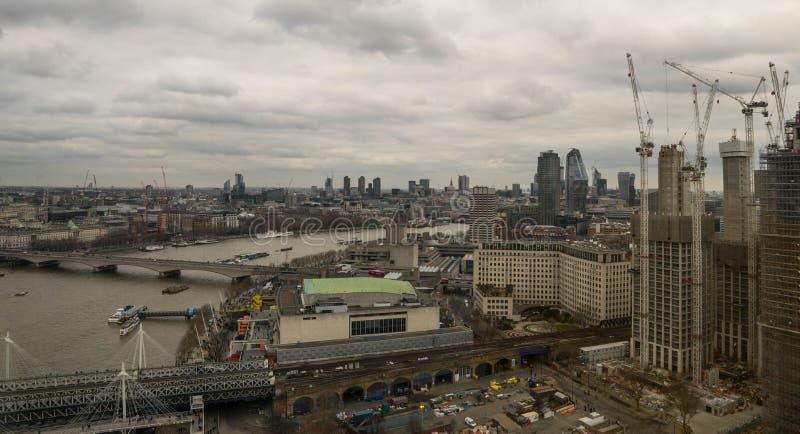 London Förenade kungariket, Februari 17, 2018: Flyg- sikt av London cityscape med den Hungerford bron över floden royaltyfria bilder