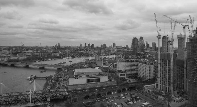 London Förenade kungariket, Februari 17, 2018: Flyg- sikt av London cityscape med den Hungerford bron över floden arkivfoto