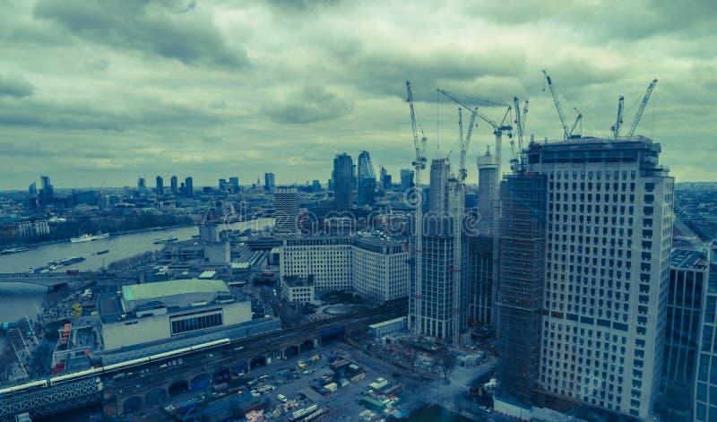 London Förenade kungariket, Februari 17, 2018: Flyg- sikt av London cityscape med den Hungerford bron över floden royaltyfri fotografi