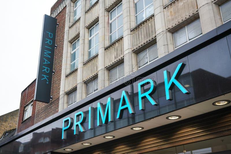 London Förenade kungariket - Februari 04, 2019: Stort cyan tecken på det Primark lagret på deras Lewisham filial Den irländska mo royaltyfria bilder
