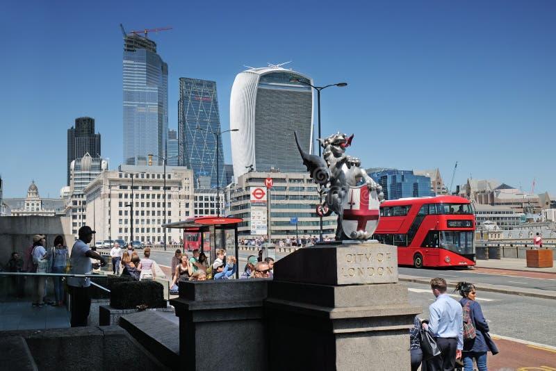 London Förenade kungariket: Juli 3rd 2019 - staden av den London draken markerar gränsen av staden på den London bron royaltyfri foto