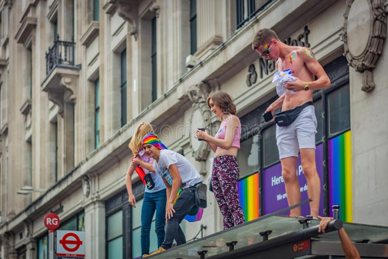 LONDON FÖRENADE KUNGARIKET - JULI 2019: Ungdomarstår på hållplatsen under Pride Parade i London arkivfoton