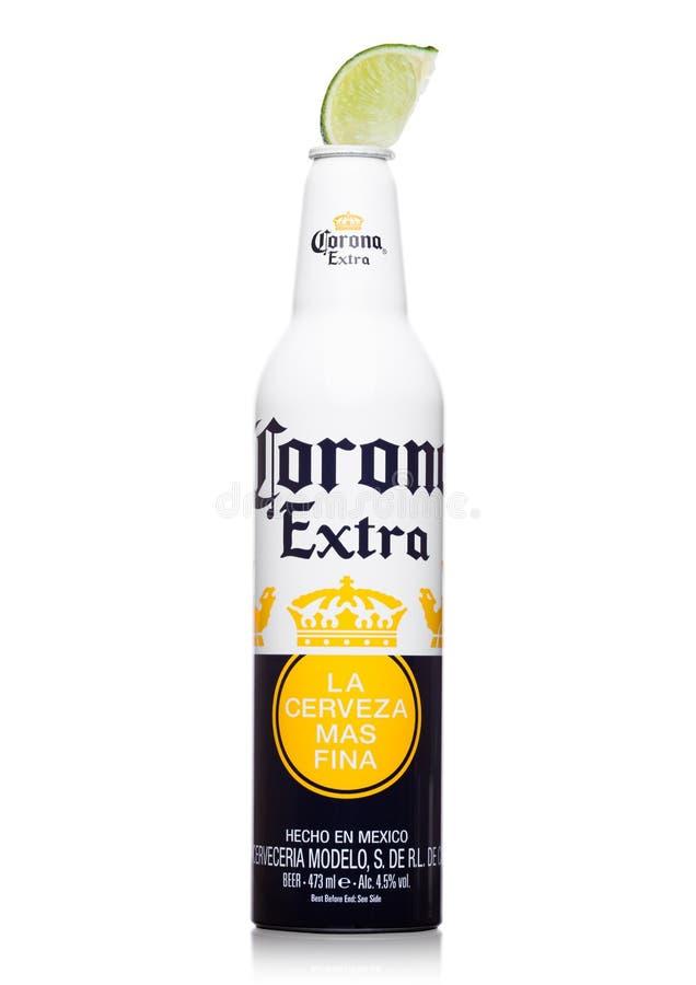 LONDON FÖRENADE KUNGARIKET - JUNI 22, 2017: Aluminium flaska av Corona Extra Beer med limefruktskivan på vit Mest populärt import arkivbilder