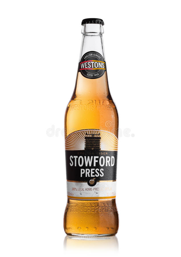 LONDON FÖRENADE KUNGARIKET - JUNI 22, 2017: Flaska av äppeljuice för Stowford presswestons på vit fotografering för bildbyråer
